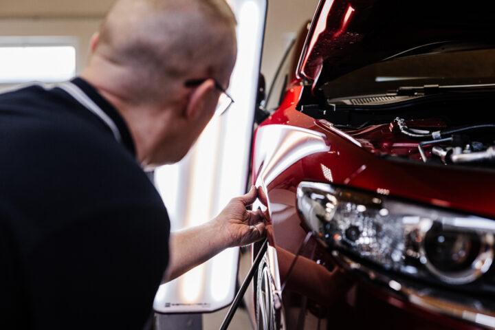 Oprava ťukancov či buchancov na aute